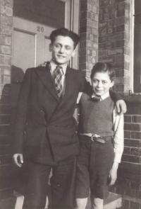 Anglie cca 1940, Asaf s bratrem