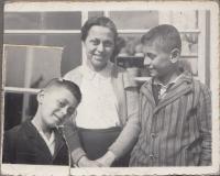 1937, Asaf se starším bratrem a maminkou