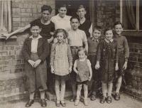 Anglie, cca 1940, Asaf 3. zprava, jeho bratr 1. zleva, první tři dole: dole-Petr Felstein, Hana Franklová, Líza Daschová, uprostřed Ralf Strass, vpravo Raja Strassová, Pavel Strass, nahoře vpravo - Fritz  Schwartzkopf, Hana Strasserová
