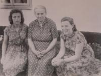 Nina Bilijenková on the right with mother and sister Helena