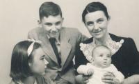 Pavel s maminkou, sestrami Helenou a Evou, 1940