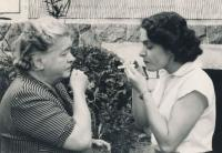 Věra Nováková s maminkou, 1957