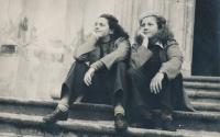 Věra Nováková, 17-ti letá, vlevo