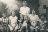 Věra Nováková se sourozenci, v pravo dole