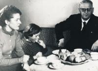 Josef Palivec po návratu z vězení, Věra a dcera Kateřina, 1964