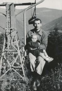 Pavel Brázda s dcerou Kateřinou, Špindlerův Mlýn, 1960