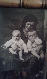 Věra Nováková s maminkou a sestrou
