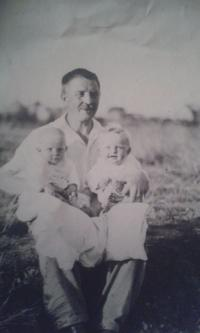 Věra s otcem a sestrou