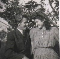 Matouš s budoucí manželkou v roce 1944