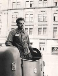 Matouš jako řidič multikaru v roce 1962