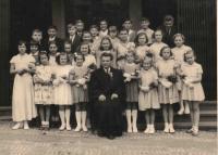 Matouš a děti z Nedělní školy CČS na Žižkově v roce 1957