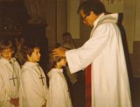 Páter Blaze během křtu pamětníkova syna Tomáše