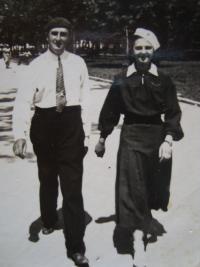 Vladimír Ficek s dcerou Slávkou, Luck 1936