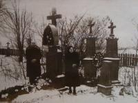 Vladimír Ficek se ženou na hřbitově, poslední fotografie před reemigrací do Československa