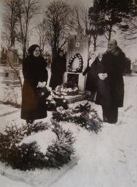 Vladimír Ficek se svou ženou na hřbitově, poslední fotografie před reemigrací do Československa