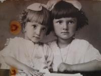 Slávka Ficková (napravo) se svou sestrou, rok 1926