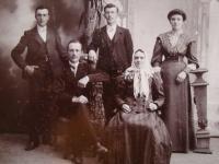 Vladimír Ficek (úplně vlevo) se svými rodiči a sourozenci, rok 1908