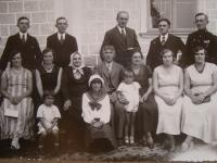 Photo of the whole family, Slávka Ficková in navy ribbon in the middle, 1932