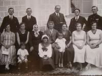 Fotografie příbuzenstva, Vladimír Ficek se svými bratry (kromě vojáka), pod nimi jejich ženy a sestra Vladimíra Ficka se svým manželem, Slávka Ficková v námořnické mašli v první řadě uprostřed, rok 1932