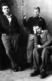 Jan Zábrana, Václav Havel a Jiří Kuběna v roce 1957 v bytě na Rašínově nábřeží