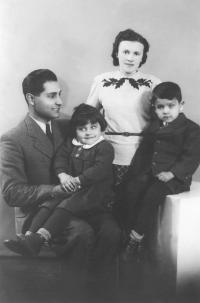 1941-43; s rodiči a sestrou