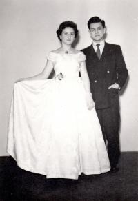 1957; na plese s budoucí manželkou