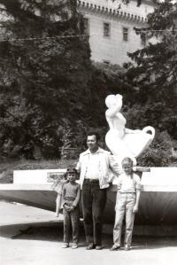 1973; s dcerami na dovolené
