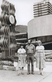 1977; s dcerami na dovolené v Karlových Varech