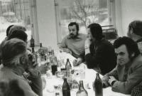 Někdy na přelomu 70. a 80. let; mezi dělníky na stavbě