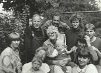 1986; rodina na chalupě u Šimečků