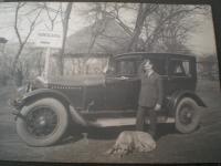 Tatínek se svým autem ve Stromovce
