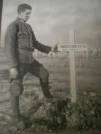 1917 Tatínek nad hrobem kamaráda-Itálie(Piava)
