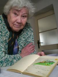 Helena Vovsová s pamětním listem od četníka Mengera