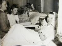s maminkou Alžbětou Doležalovou a v nemocnici v Praze v roce 1946