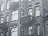 Dům v Poznani - detail balkónu bytu, ve kterém M. Šupíková žila - mávající M. Šupíková - při návštěvě v roce 1967