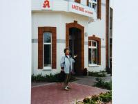 Marie Šupíková před domem v Boitzenburgu (Bahnhof Strasse 30), kde žila od ledna 1945 - foto z roku 1996