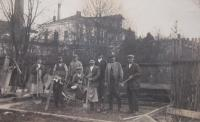 Otec (uprostřed s rýčem) s dalšími dělníky při práci v olšanských papírnách