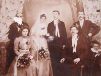 Rodina maminky (maminka vlevo dole)