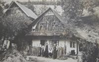 Rodný dům Jiřího Fochlera v Olšanech (dnes již nestojí)- zleva bratr Jan, Jiří Fochler, otec Jan, bratranec a bratr Josef