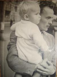 Vojtěch Klečka se svým synem před zatčením