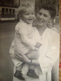 Žena Libuše se synem před zatčením Vojtěcha Klečky