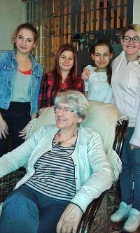 Hana Trávová s dívkami ze ZŠ Jeseniova