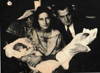 Se sestrou a rodiči, říjen 1919