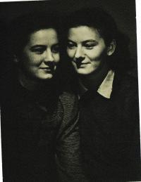 Se sestrou Olou, 1944
