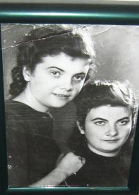 Helena Esterkesová se sestrou Pavlou_1939 Ledochovka