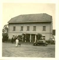 František Hořejší na dvoře statku čp.1 před obytným domem rodiny
