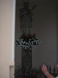 Socha svatého Jana Nepomuckého v jejichž dolní části se našel nápis z 18. století českým švabachem díky kterému byla obec připojena k Československu