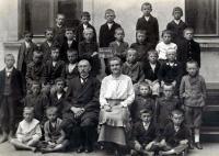 Škola v Zásmukách - Prokop první zprava stojící v první řadě (1918)