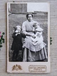 S maminkou a starší sestrou, asi 1915