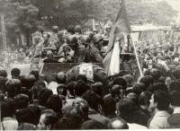 1968, srpen, obklíčený transportér okupantů